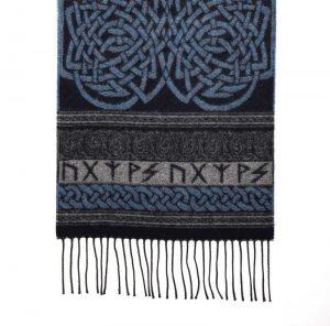 Wollschal mit Runen